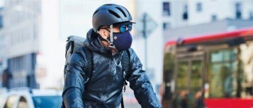 Un FrogMask antipollution bleu porté par un cycliste en ville