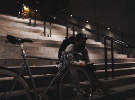 Un cycliste avec un masque pour protéger ses poumons de l'air pollué des villes