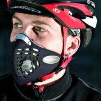 Un cycliste avec un masque anti-pollution Respro