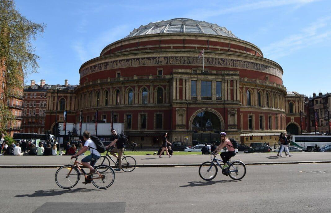 Des cyclistes se rendent au travail à vélo durant l'été