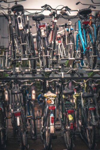 Des vélos superposés qui attendent leur propriétaire