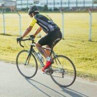 Un cycliste avec son vélo de route