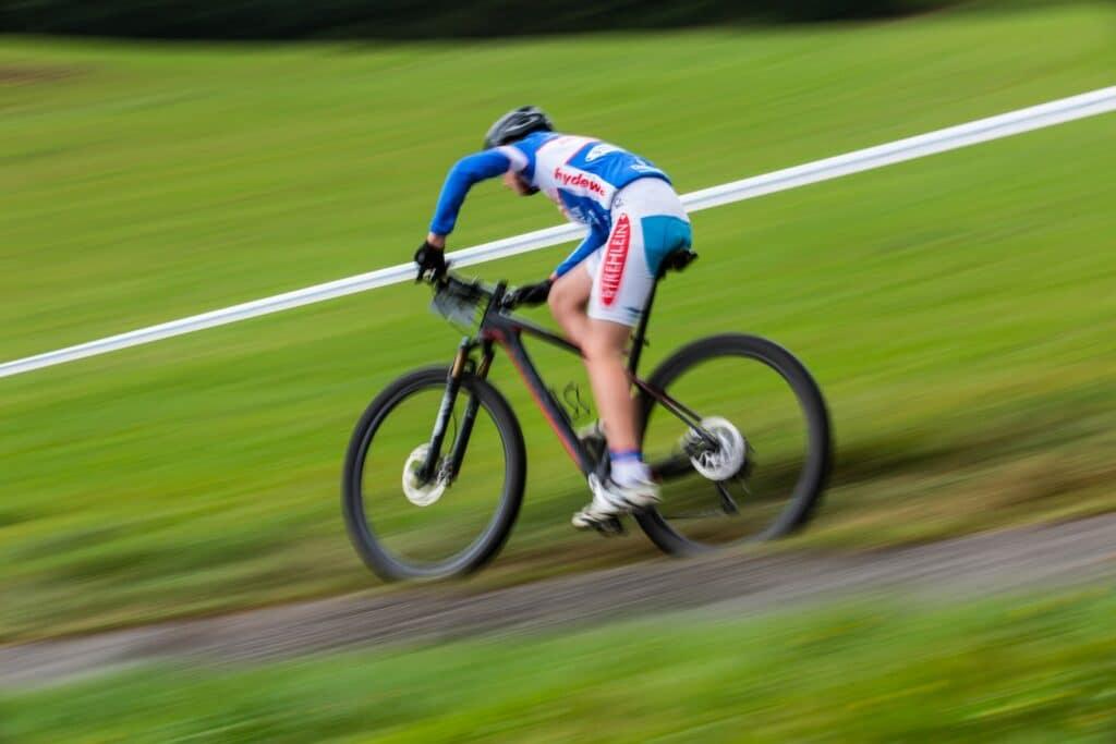 Un vélo de descente rapide