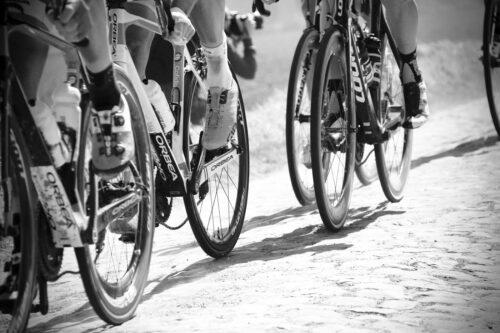 Des pédaliers de vélo en action lors d'une course de vélo sur route