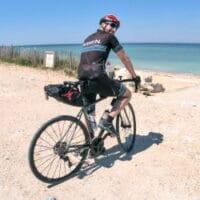 Julien Rabier sur une plage à vélo