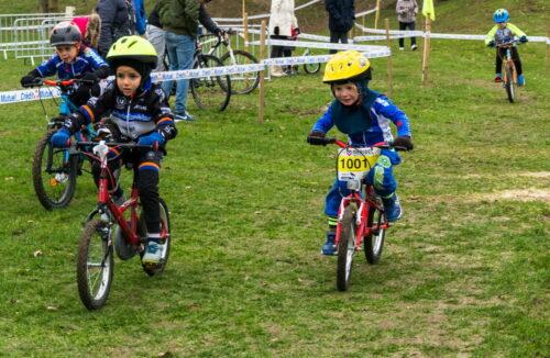 Trois enfants à vélo lors d'une course de cyclocross à Domont en 2018