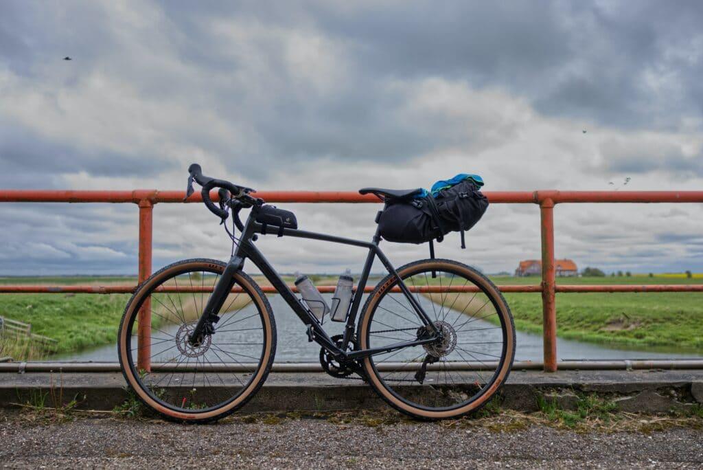 Un vélo gravel équipé de sacoches sur un pont