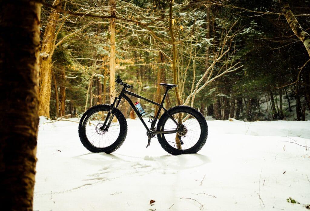 Un fatbike sur la neige dans une forêt
