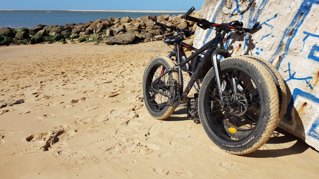 Deux fatbikes dans le sable à la dune du Pilat