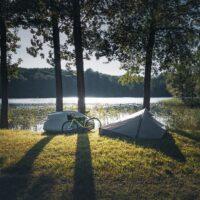Un vélo devant une tente pour faire du camping et voyager à vélo c'est possible !