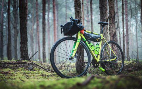Un vélo vert équipé de sacoches pour voyager