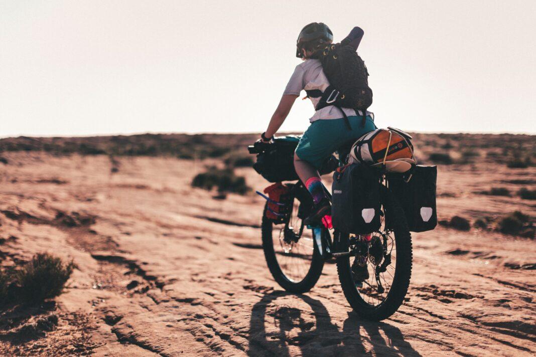 Un cyciste à vélo équipé pour voyager