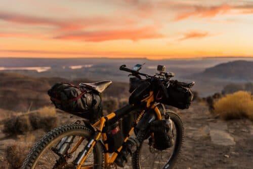 Un vélo équipé pour voyager longtemps avec des sacoches