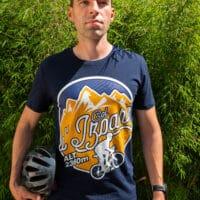 Un cycliste avec un casque à la main qui porte un tshirt Col d'Izoard