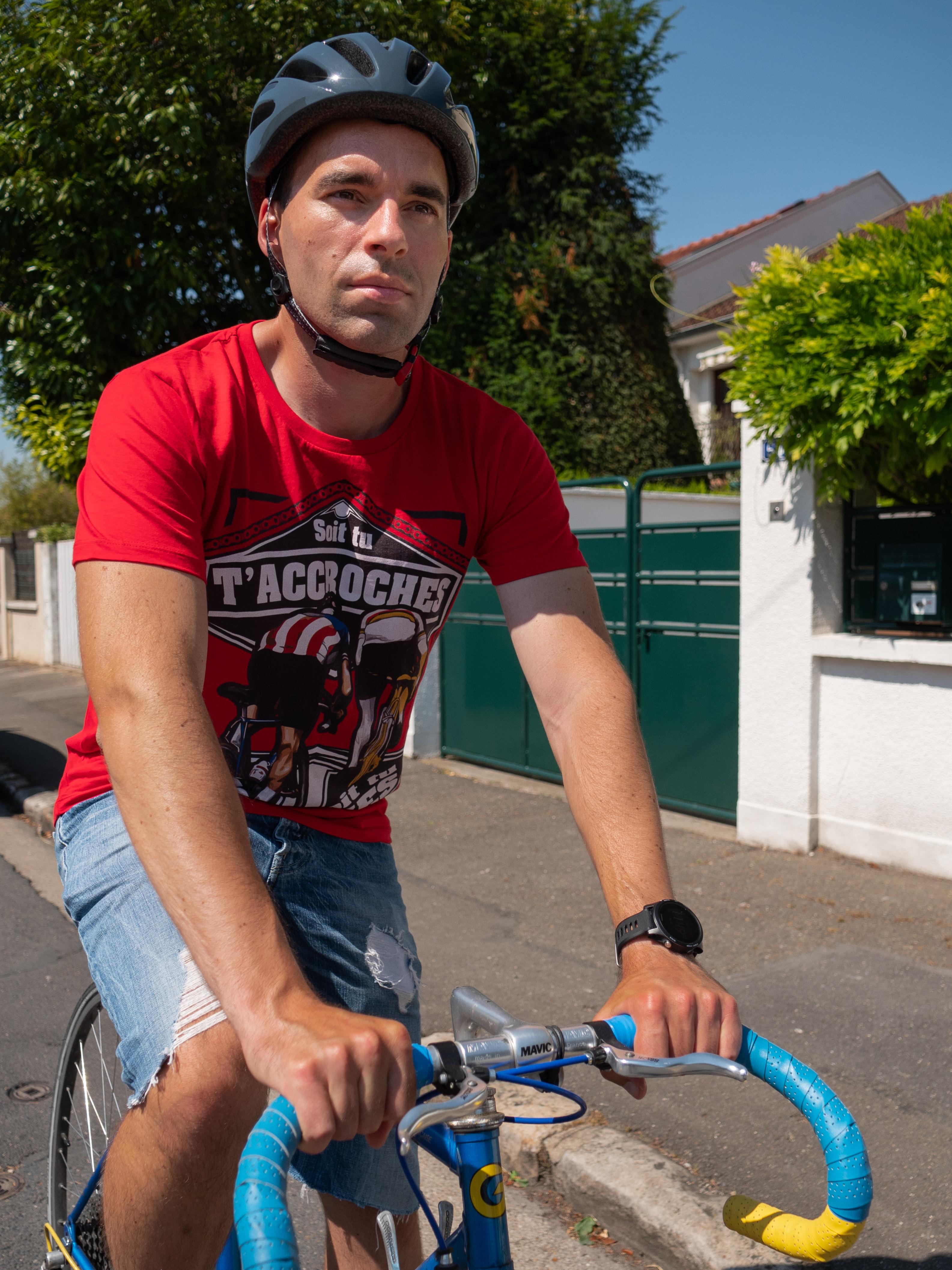 Un cycliste avec un vélo de route dans une montée