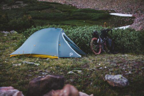 Un vélo à côté d'une tente de camping lors d'un voyage