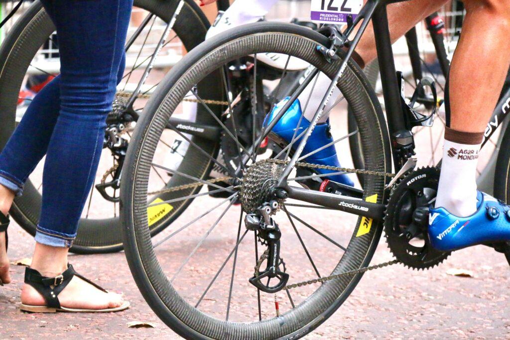 Un cycliste lors d'un départ d'une course sur route à Londres