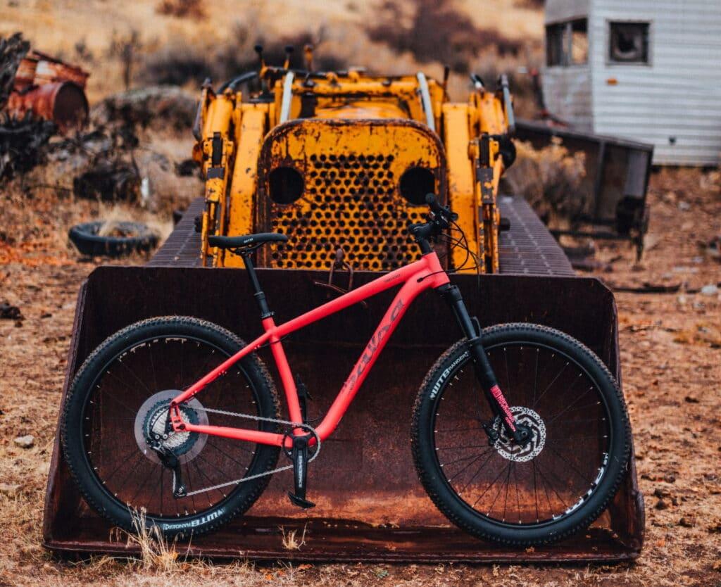 Un VTT placé dans une pele d'un tracteur abandonné