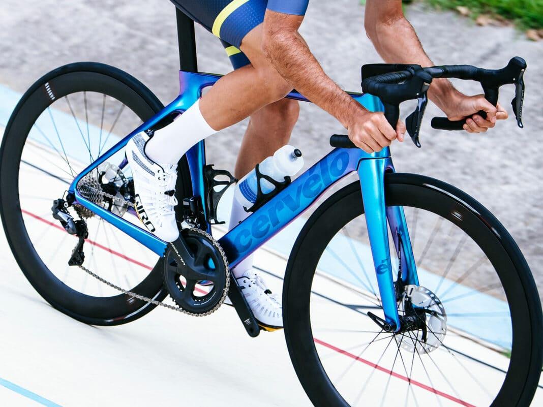 Un cyliste sur un vélo Cervelo série S