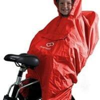Un jeune enfant avec un poncho anti-pluie à l'arrière d'un vélo