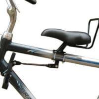Une selle sur le cadre pour installer un enfant sur son vélo à l'avant