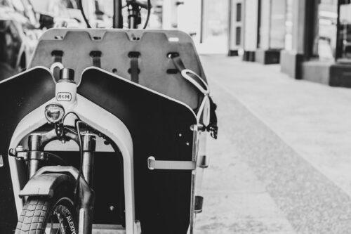 Vélo cargo R&M noir et blanc