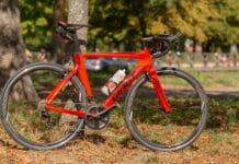 Vélo Giant Propel près d'un arbre