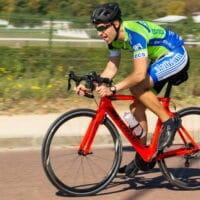 Ludo avec son vélo Giant Propel sur l'anneau de Longchamp