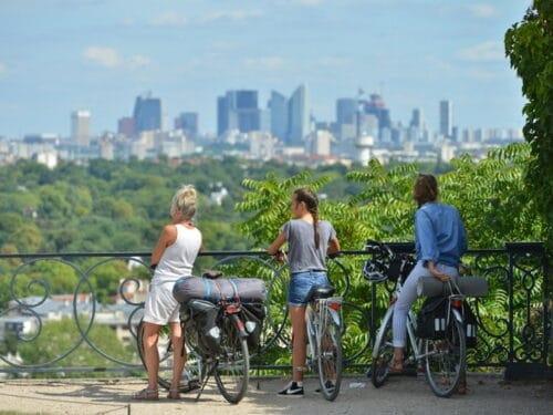 Trois femmes cyclistes qui regardent Paris depuis le chateau de Saint-Germain-en-laye