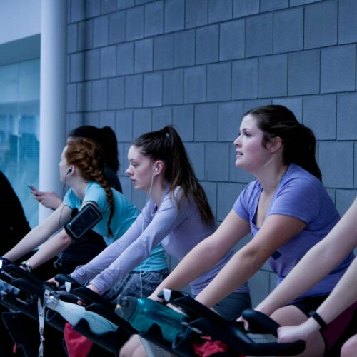 Des femmes qui font du vélo en salle