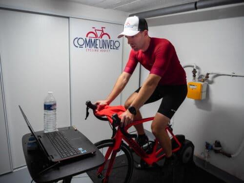 Ludo sur le home trainer avec Zwift sur son vélo de route Giant