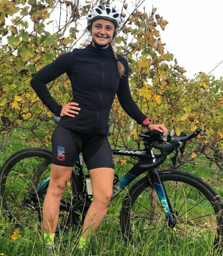 Marine Leleu avec son vélo Liv