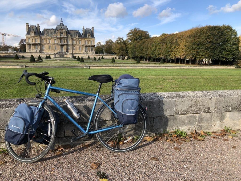 Un vélo devant le château de Maisons-Laffitte
