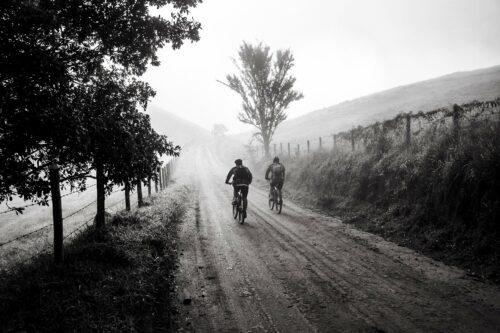 Deux VTTistes dans un chemin brumeux