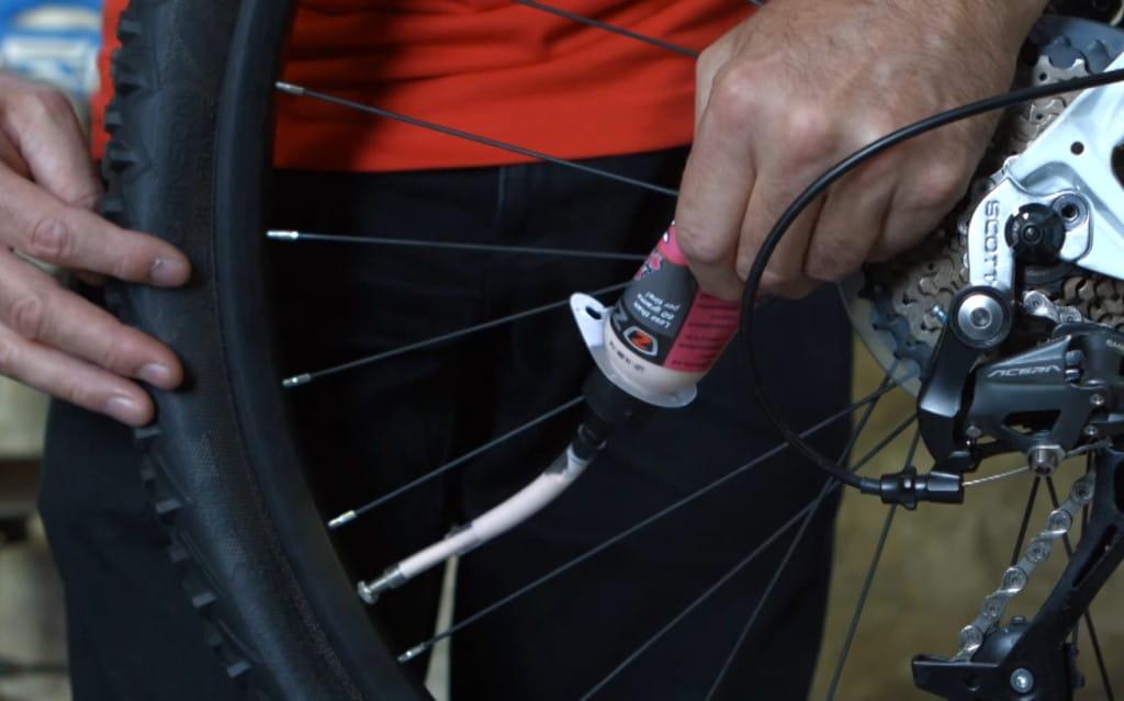 Insertion du liquide préventif dans le pneu par la valve avec une seringue