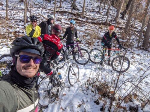 Une pause dans la forêt enneigée avec des vélo gravel