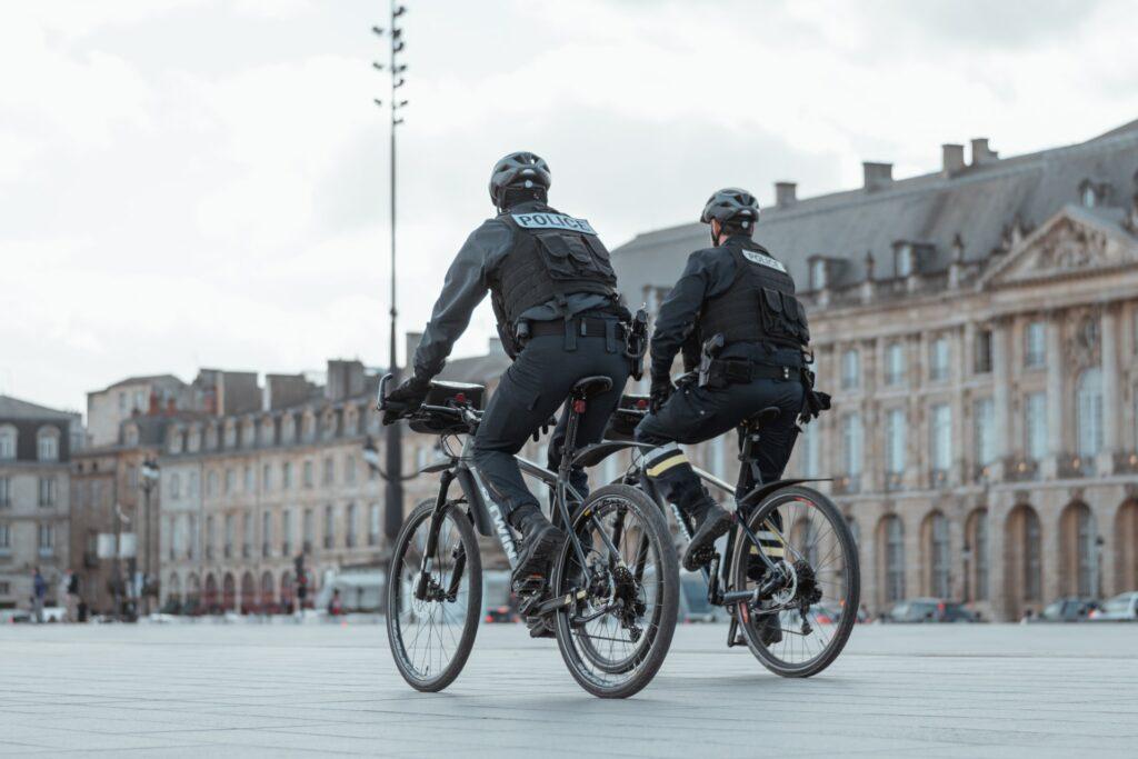 Deux policiers à vélo sur Bordeaux