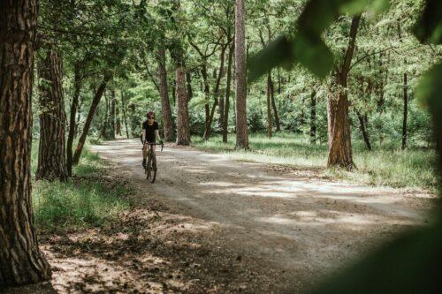 Une femme dans un chemin à vélo