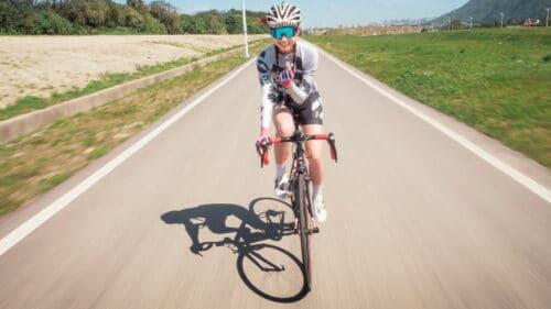 Une cycliste montre qu'elle est heureuse de faire du vélo