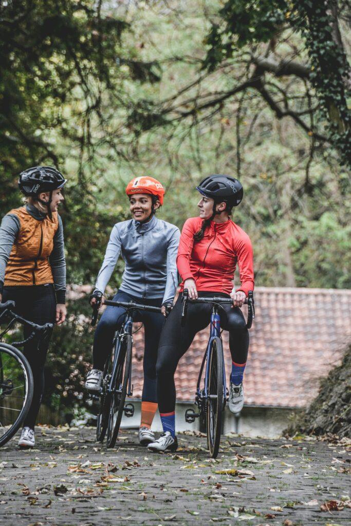 Un groupe de cyclistes féminins qui discutent à vélo