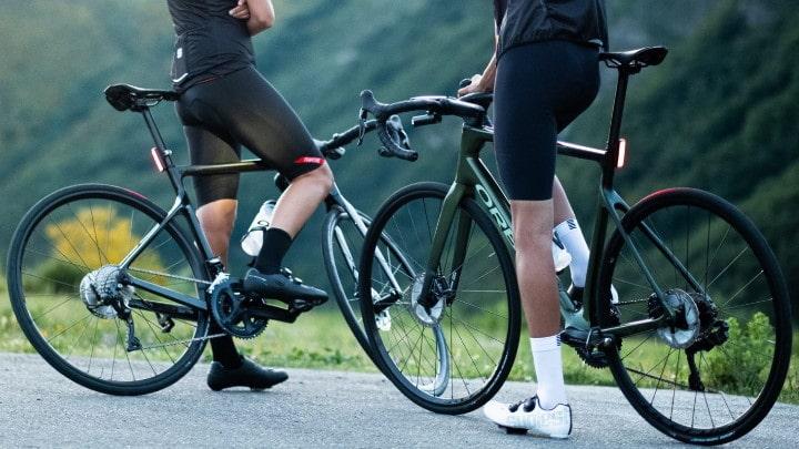 Deux cyclistes avec des vélos de routes Orbea en montagne