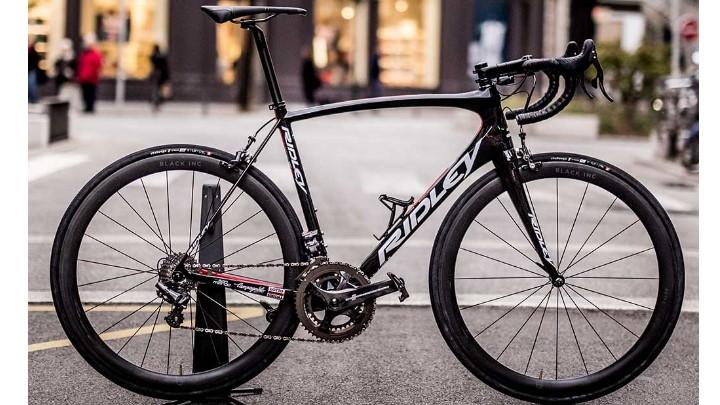 Vélo de route Ridley posé dans une rue