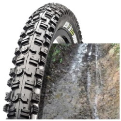 Zoom sur la structure d'un pneu boueux