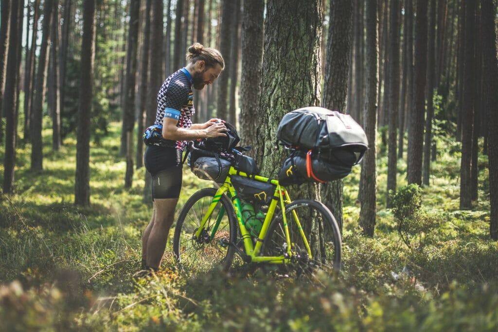 Un cycliste prépare son vélo bikepacking avant une randonnée