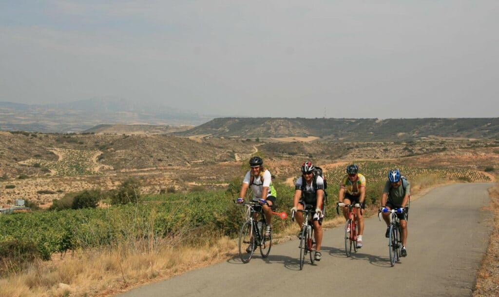 Quatre cyclistes sur la route vers l'église Saint-Jacques