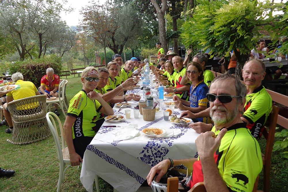 Les cyclistes font une pause à table