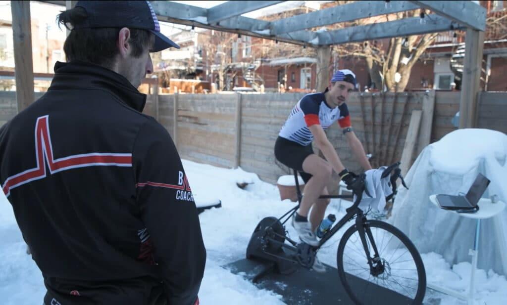 Nicolas de Running-Addict sur son vélo Triban fixé au home trainer dans la neige