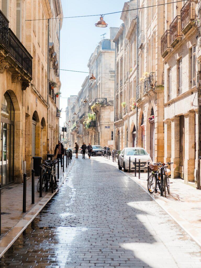 Une rue pavée enseoleillé à Bordeaux