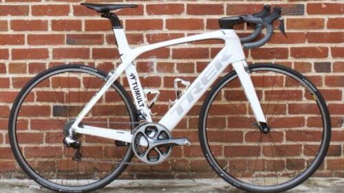 Un vélo trek route posé le long d'un mur en briques