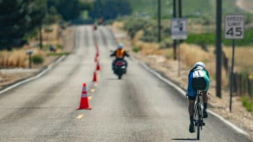 Un cycliste qui s'entraine sur une ligne droite balisée